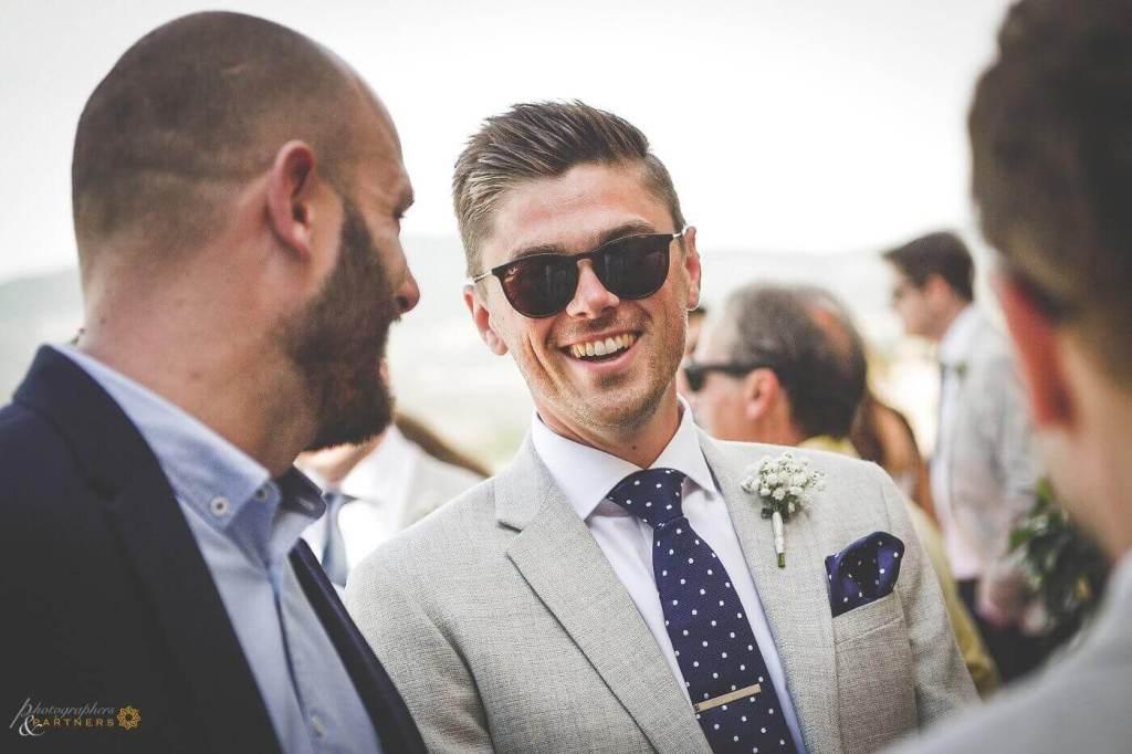 lo sposo arriva alla location della cerimonia