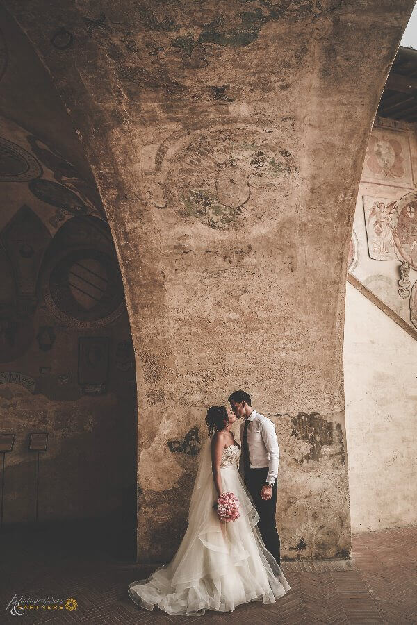Hollie & Dean have a romantic kiss in the Certaldo town hall