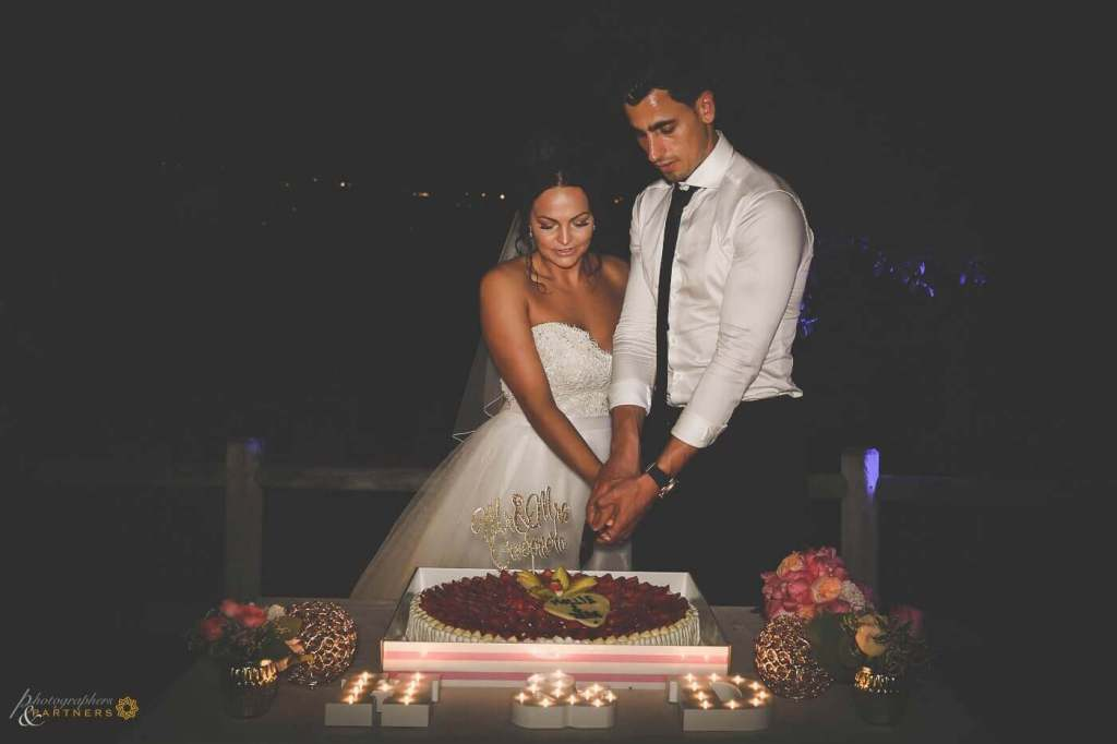 Hollie & Dean cut the cake during the reception