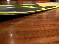 """Questo è il """"rocker"""": lo sci si alza verso punta e coda riducendo la superficie di contatto che torna ad aumentare progressivamente con la presa di spigolo"""