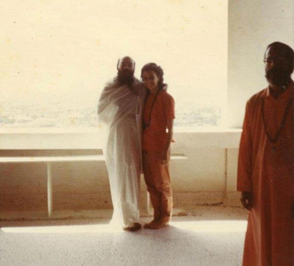 190-osho-with-mukta-1971-mt-abu
