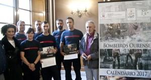 Os bombeiros de Ourense poñen á venda os seus calendarios solidarios de 2017