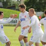 Adrian Kaaber scoret to ganger mot Borgar. Her blir han gratulert etter sin andre scoring