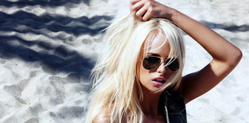 145322-women-model-blonde-platinum_blonde-sunglasses-face-beach-open_mouth-Rhian_Sugden