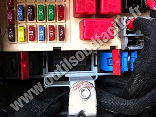 OBD2 connector location in Alfa Romeo Brera (2005 - 2010) - Outils