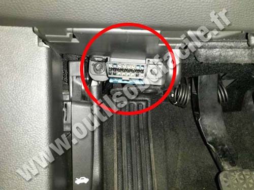 OBD2 connector location in Chevrolet Malibu (2013 - 2015) - Outils