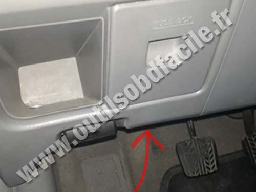 OBD2 connector location in Mazda Premacy (2005 - 2010) - Outils OBD