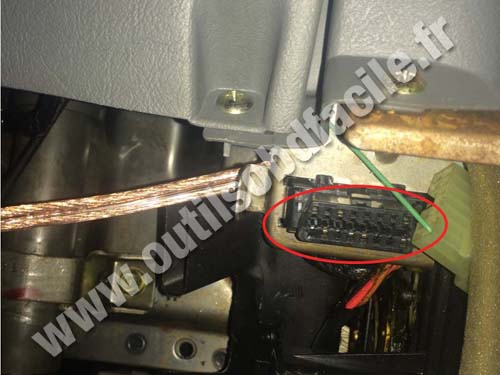 OBD2 connector location in Mitsubishi Galant (1998 - 2004) - Outils