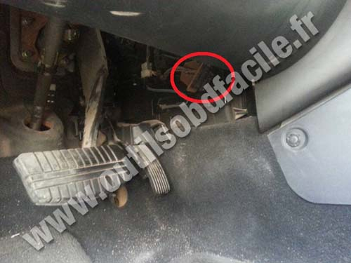 OBD2 connector location in Mitsubishi Galant (2004 - 2012) - Outils