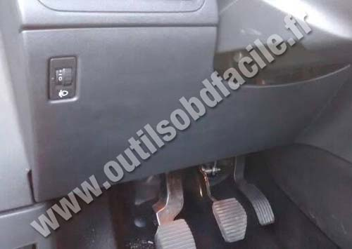 OBD2 connector location in Peugeot 2008 (2013 - 2016) - Outils OBD