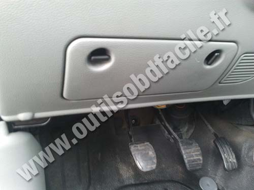 OBD2 connector location in Renault Kangoo (1997 - 2010) - Outils OBD