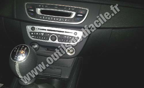 OBD2 connector location in Renault Megane 3 (2008 - 2016) - Outils