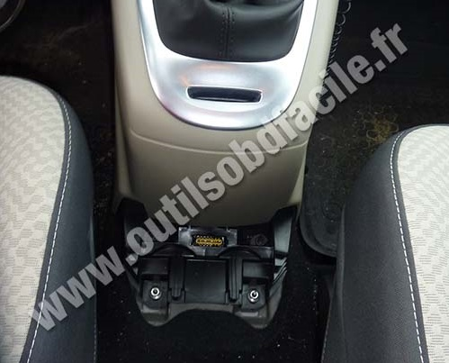 OBD2 connector location in Renault Scenic 3 (2009 - 2016) - Outils