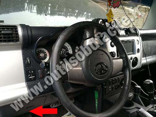 OBD2 connector location in Toyota FJ Cruiser (2006 - 2014) - Outils