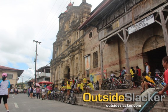 Bisikleta Iglesia bikers at Pakil church