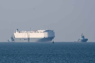Car carrier Hoegh Osaka ready to be towed back into Southampton