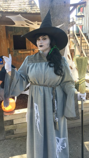 knotts-camp-spooky-friendly-witch
