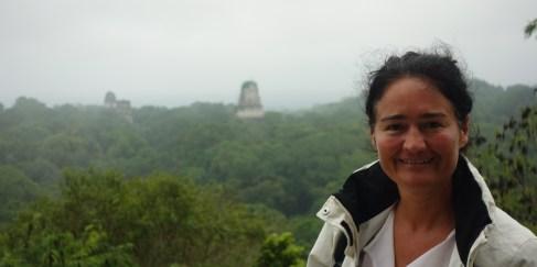 Guatemala, Tikal: Meine persönliche Maya-Göttin vor ihren Tempeln