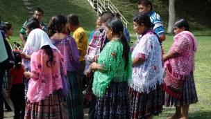 Guatemala, Tikal, Maya-Zeremonie: Frauen in typischer Kleidung