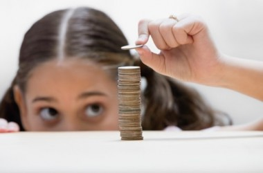 Petite fille pile pièces économiser