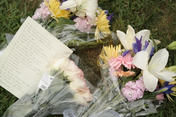 Flowers and a note left for the victims in front of the Alpha Phi sorority house in Isla Vista. (Erika Martin / Business Times photo)