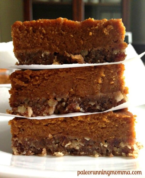 Creamy dreamy pumpkin spice! Make these #Paleo Pecan #Pumpkin Pie Bars ...