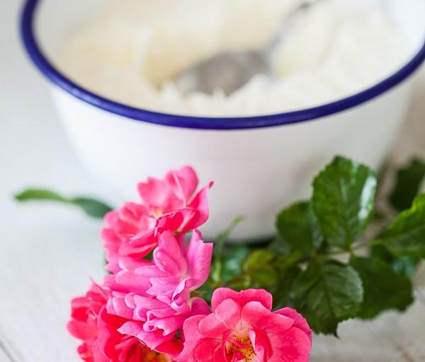 Glace au yaourt et à la rose sans sucre, ou presque… les lundi comme celui-ci, c'est tout permis!