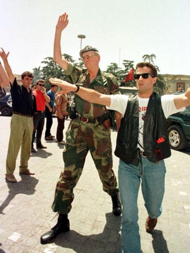Leka Zogu gjatë protestës në '97