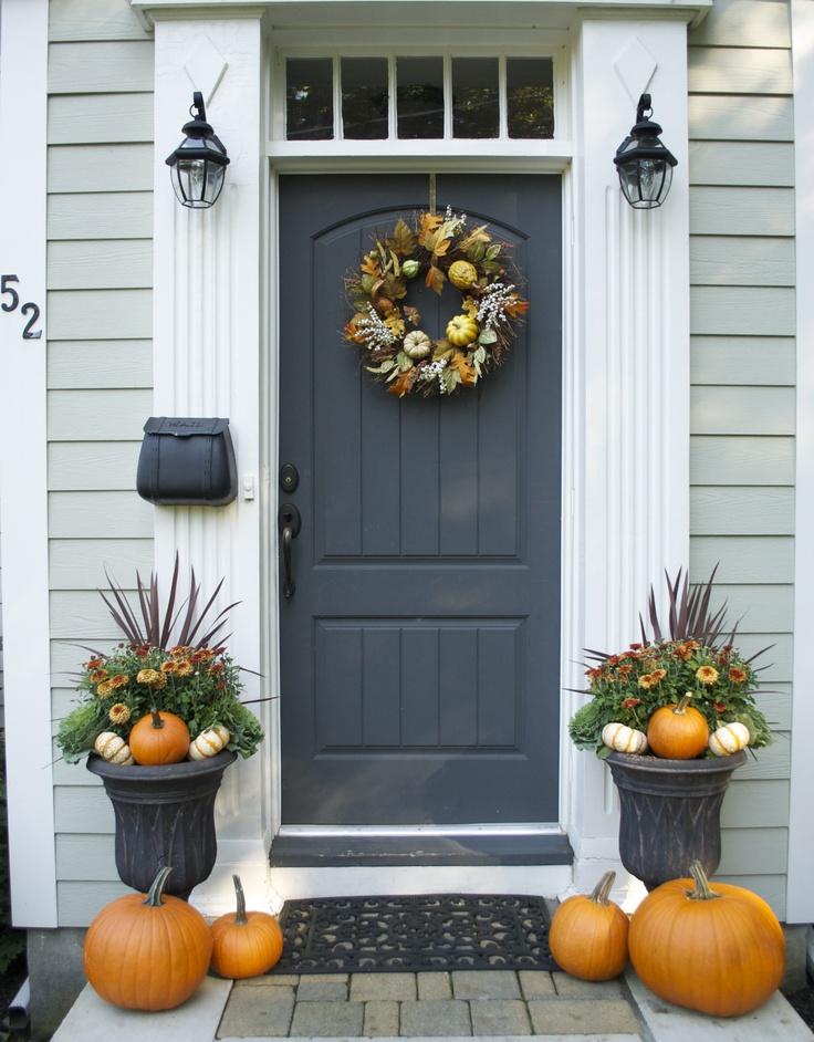 Jeżeli szukacie więcej przykładów jak udekorować drzwi po amerykańsku zajrzyjcie na stronie digsdigs.com, która służy pomocą przy urządzaniu i upiększaniu domów: Zdj. http://www.digsdigs.com/47-cute-and-inviting-fall-front-door-decor-ideas/