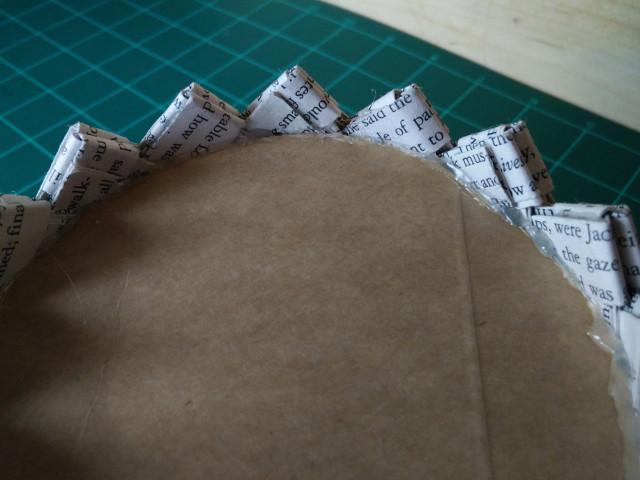 Collez un cercle de carton à la base de votre panier