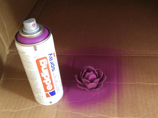 Peindre les fleurs avec de la peinture en spray