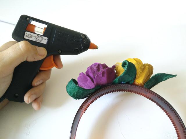 Coller les fleurs sur un serre-tête