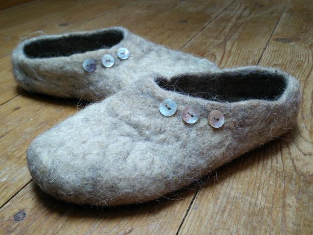 Chaussons fabriquées avec de l'isolation en laine recyclée