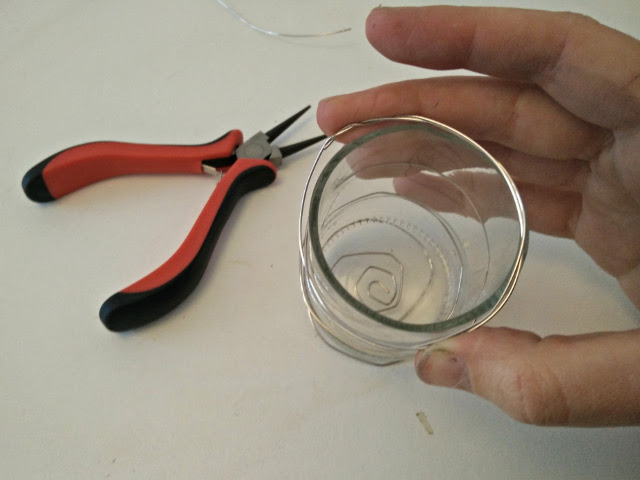 Continue wrapping the wire around the glass to hold it and to fix it to the chain