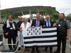 Sur la terrasse du Parlement Ecossais, avec le député Willie Rennie (démocrates libéraux écossais) et l'eurodéputé catalan Dr. Josep-Maria Terricabras.