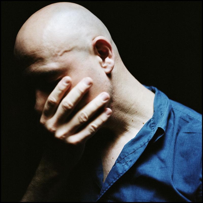 dominique a portrait t shirt bleu main sur bouche DOMINIQUE A : « LA MUSIQUE »