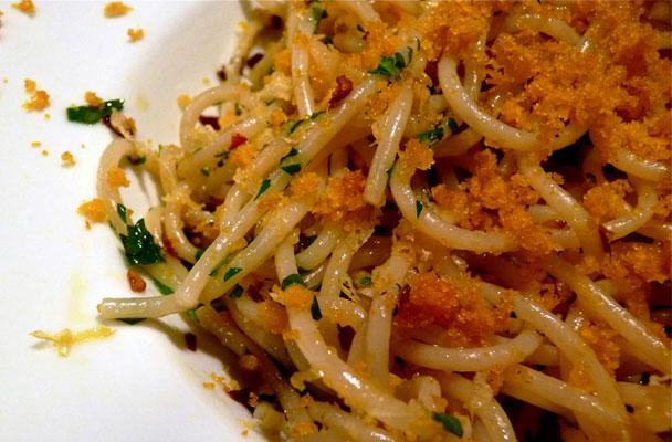 Gli spaghetti con bottarga e limone sono un piatto tipico della cucina ...