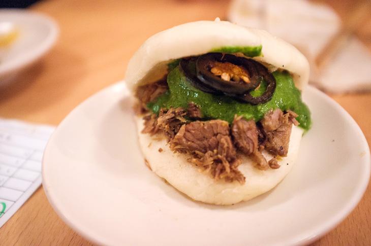 Passagem Gastronômica - Bun de Cordeiro com Molho de Coentro - Restaurante BAO - Londres