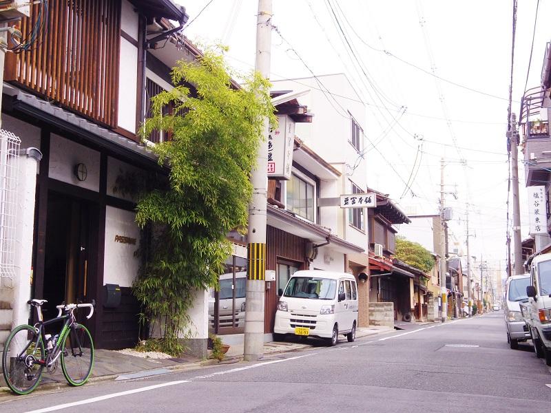 京都の路地で自転車に乗ること ...