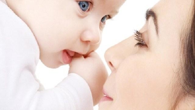 bambino occhi azzurri e mamma