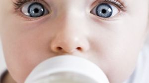 foto_bambino_biberon_latte_artificiale