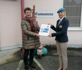 Bei der Spenden-Übergabe v.l.. Direktorin Astrid LEEB - Bereichsleiterin Irene VALINA