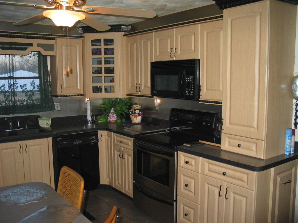 flow maple kitchen cabinets Maple Kitchen Maple cabinets with formica countertops