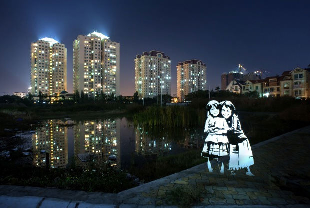 Ghostly Portraits Captured Using Stencils and Light Painting painting1 mini1