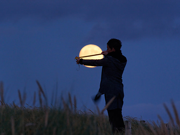 Magical Photos of a Person Playing with the Moon moon4 mini