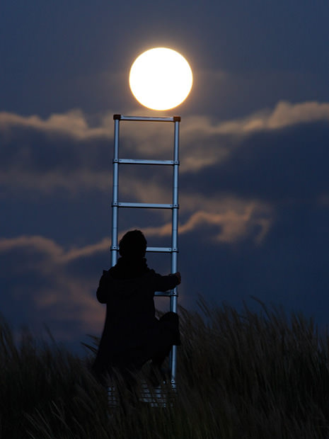 Magical Photos of a Person Playing with the Moon moon5 mini