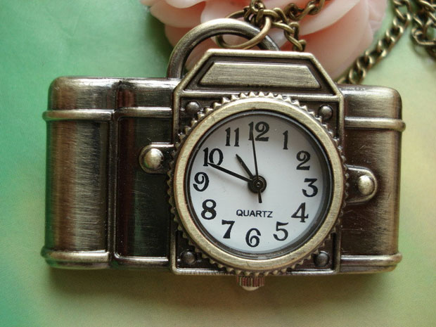 Tell Time in a Snap with This Nifty Camera Clock Pendant Necklace camerawatchpendant1