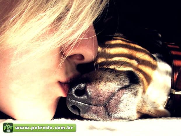 mulher-cachorro-beijo-carinho-amor-petrede