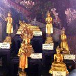 """Für jeden möglichen Wochentag am Tage seiner Geburt findet man in buddhistischen Tempeln, wie hier im Wat Suthat in Bangkok, ein eigenes Abbild des Erwachten in unterschiedlichen, aber genau festgelegten Posen. Für den Mittwoch sogar zwei. Diese vermeintliche """"Flexibilität"""" sollte man jedoch nicht auf zeitgemäßen """"Aktivismus"""" übertragen, mit dem der Buddha garantiert nichts zu tun hat. Bild © hmh."""