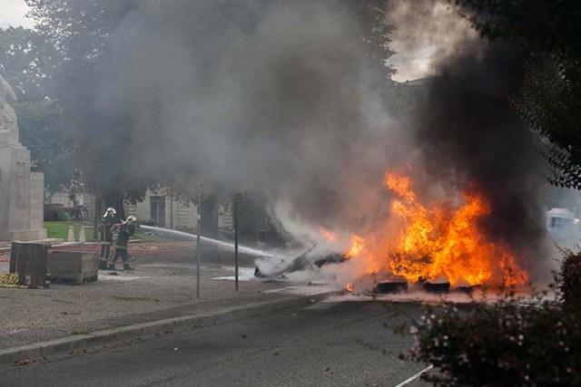 Manifestation des agriculteurs à Agen : feux de pneus place de la préfecture © photo Patrick Clermont